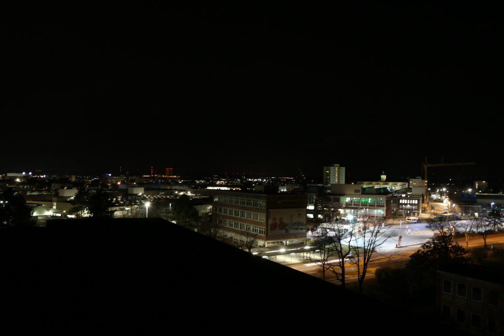 Leuchtreklame der Firma Schaeffler gegenüber der Sternwarte Schweinfurt. Ausgeschalteter Zustand nach unserem Anruf.