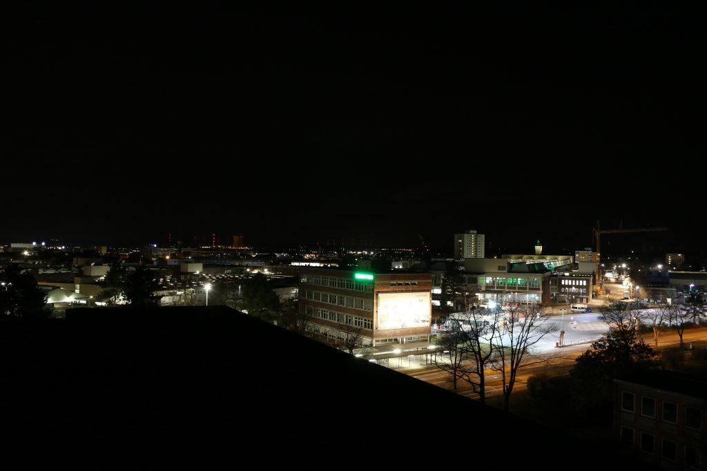 Leuchtreklame der Firma Schaeffler gegenüber der Sternwarte Schweinfurt. Eingeschalteter Zustand vor unserem Anruf.